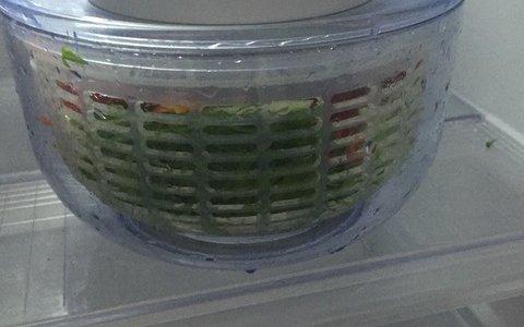 サラダスピナー(野菜水切り)があると、サラダの保存に便利。食事の時に盛り付けるだけ!