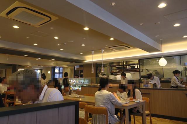 ショーケースのサラダが彩り鮮やか!広島アンデルセンのカフェに行ってきたよ